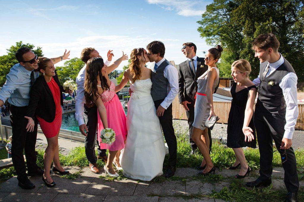 Brautpaar und Freunde