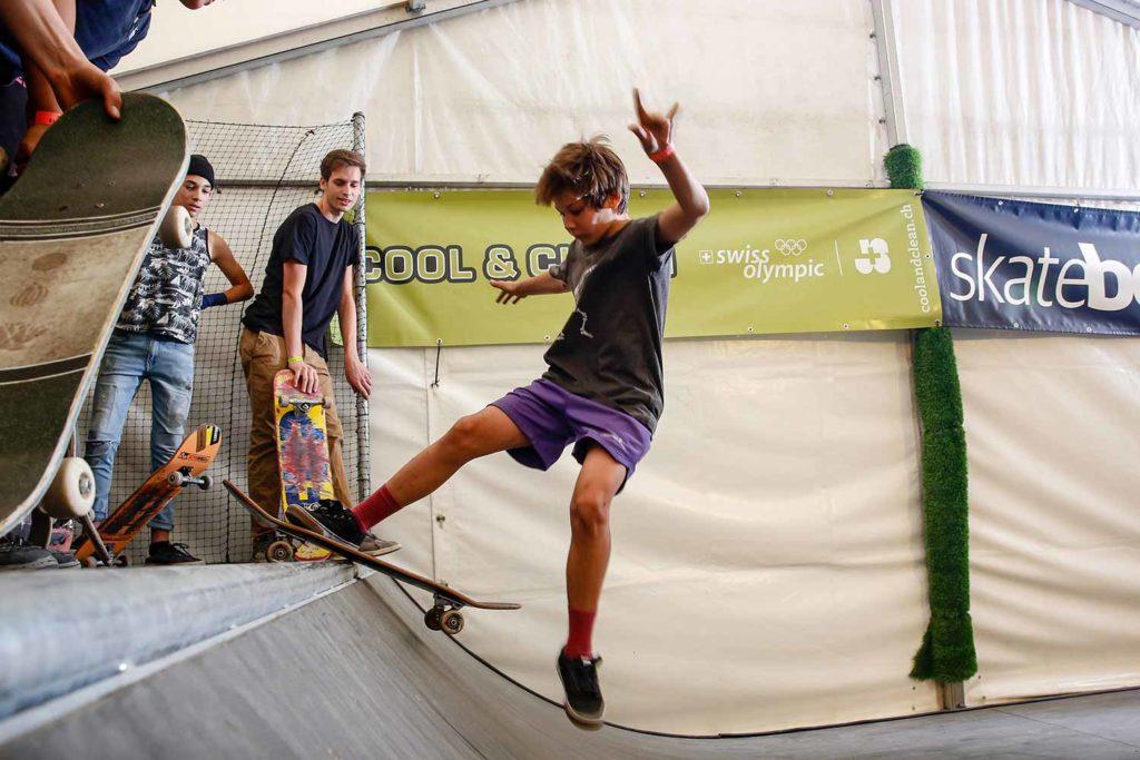 Skateboarder der Junge