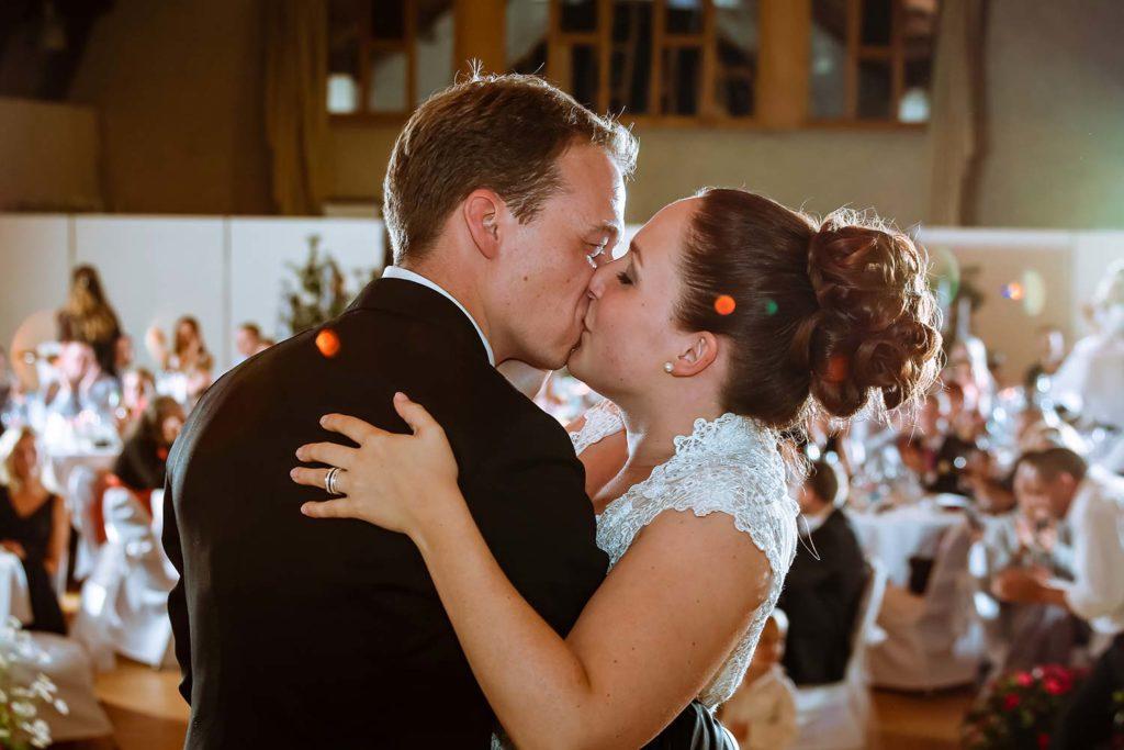 Zärtlicher Hochzeitskuss