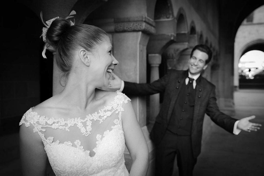 Bräutigam überrascht die Braut