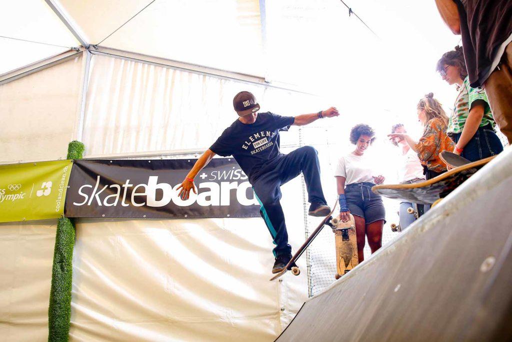 Skateboarder auf dem Sprung in Mettmenstetten