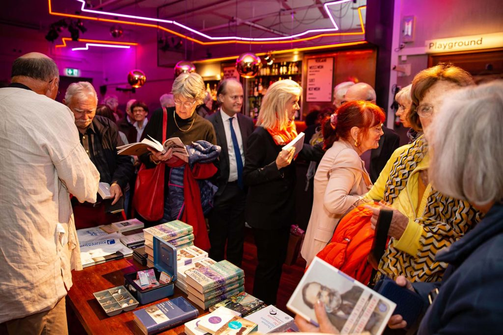 Bücherverkauf nach dem Literaturgespräch mit Thomas Hürlimann
