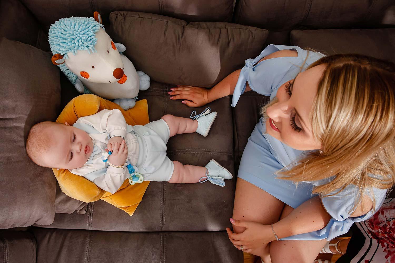 Baby und Mutter vor der Taufe