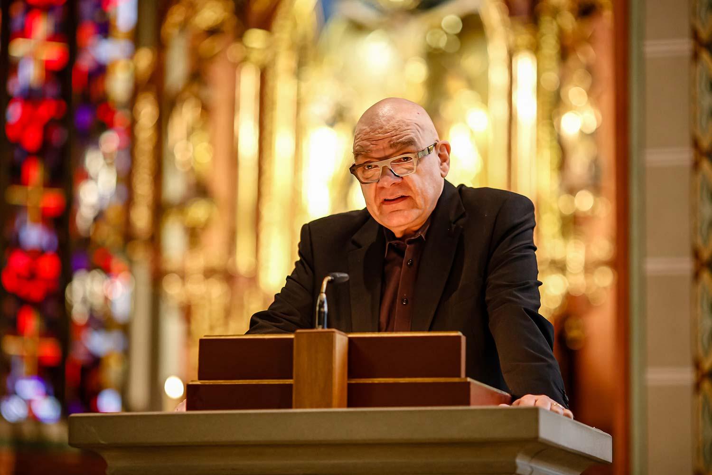 Der Pfarrer liest vor